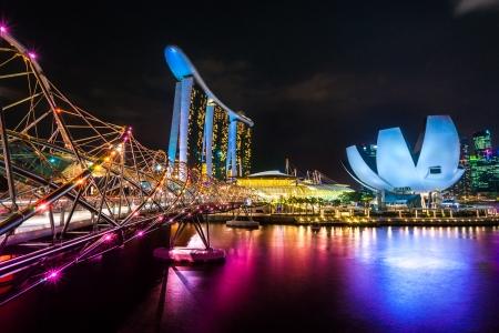 싱가포르 3 월 21 일 : - 싱가포르 년 3 월 21, 2010 베이 극장 6.3 biliion 달러 (US) 마리나 베이 샌즈 호텔은 에스플러네이드 뒤에 마리나 베이에서 스카이 라 에디토리얼