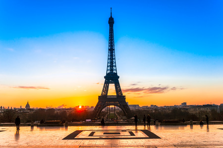 View of the Eiffel tower at sunrise, Paris. 版權商用圖片