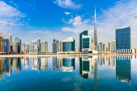 Dubai horizonte al atardecer, Emiratos Árabes Unidos.