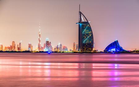 rascacielos: Dubai horizonte al atardecer, Emiratos �rabes Unidos.