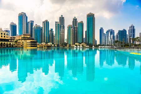 Dubai skyline bij zonsondergang, Verenigde Arabische Emiraten. Stockfoto