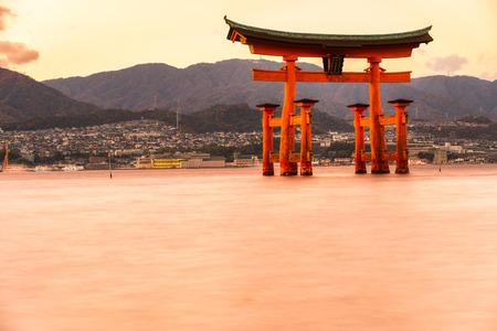 portones: Miyajima, El famoso Floating puerta de Torii, Jap�n. Foto de archivo