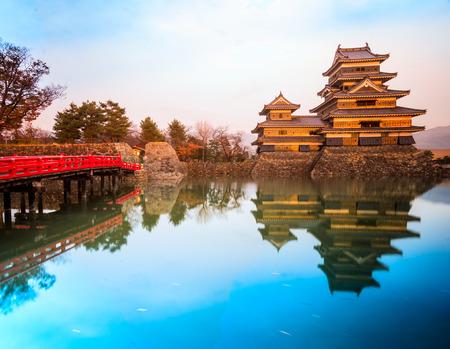 ponte giapponese: Il Castello di Matsumoto in autunno, prefettura di Nagano, in Giappone.