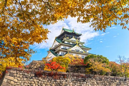 Osaka Castle in Osaka mit Herbstlaub. Japan. Standard-Bild - 35584144