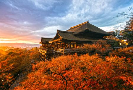 Herfstkleur bij Kiyomizu-dera Tempel in Kyoto, Japan