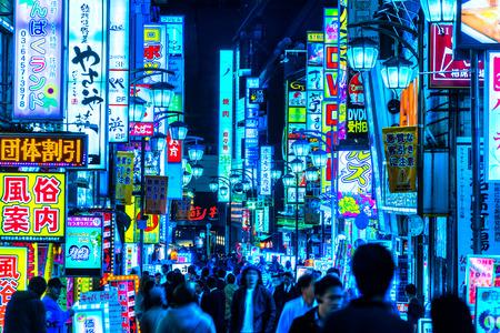 TOKIO - 13. November: Billboards in Shinjuku Kabuki-cho Bezirk 13. November 2014 in Tokyo, JP. Die Gegend ist ein Ausgehviertel wie Sleepless Stadt bekannt. Standard-Bild - 36138341