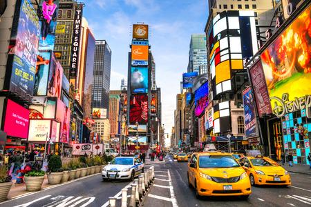 NEW YORK CITY - 1. Dezember Times Square, ist ein viel befahrenen touristischen Schnittpunkt der Neon-Kunst und Kommerz und ist eine Ikone Straße von New York und Amerika, 1. Dezember 2013 in Manhattan, New York City. Standard-Bild - 36138364