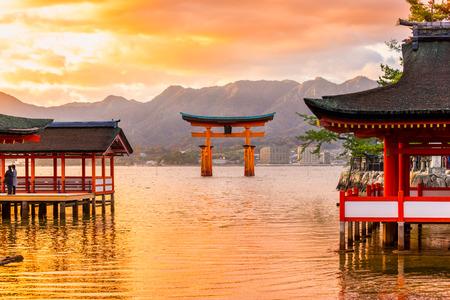 japonais: Miyajima, la célèbre porte Torii flottant, Japon.