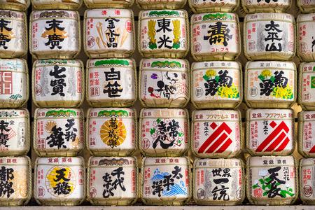 japanese sake: Barriles de sake en el Santuario de Meiji en Tokio, Japón.
