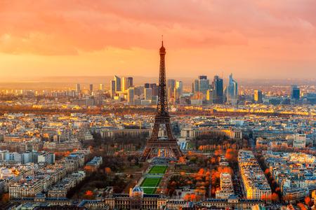 Szeroki kąt widzenia Paryża o zmierzchu. Francja.