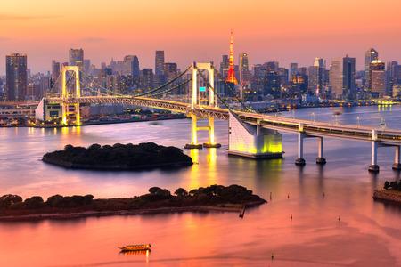 Tokyo-Skyline mit Tokyo Tower und Regenbogenbrücke. Standard-Bild - 36970368