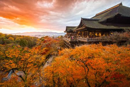 Herbst Farbe in Kiyomizu-dera-Tempel in Kyoto, Japan Standard-Bild - 37688395