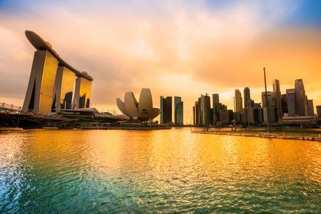 Singapore skyline van de stad bij nacht