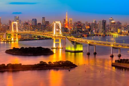 Tokyo Skyline mit Tokyo Turm und Rainbow Bridge. Tokyo, Japan.