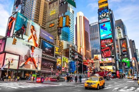 ニューヨーク市 12 月 01 タイムズ スクエア、ネオン アートと商業の忙しい観光交差点、ニューヨーク市、アメリカの象徴的な通り 2013 年 12 月 1 日マ