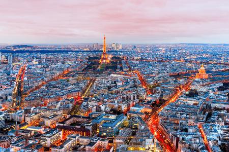Amplio ángulo de vista de París en el crepúsculo. Francia. Editorial