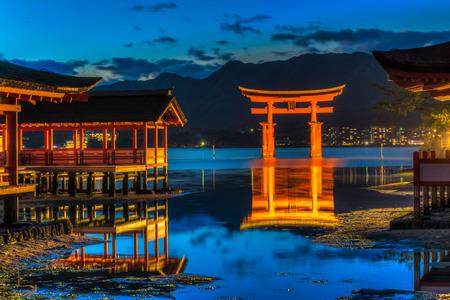 japon: Miyajima, la célèbre porte Torii flottant au Japon.