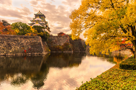 castillos: Castillo de Osaka en Osaka con hojas de oto�o. Jap�n.