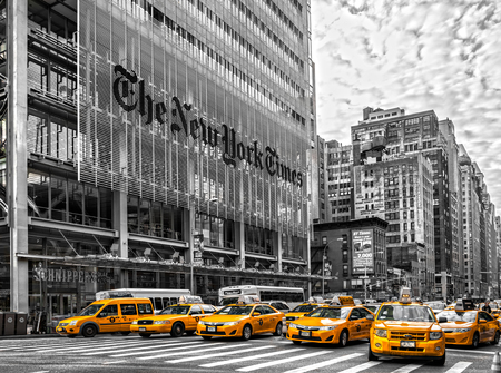 12 月 1 日ニューヨーク市のニューヨーク ・ タイムズの建物と 2013 年 12 月 1 日マンハッタン、ニューヨーク市での特徴的な黄色いタクシー。米国。 報道画像