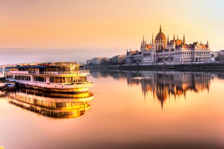 Vue de Budapest Parlement au lever du soleil, de la Hongrie Banque d'images - 48905280