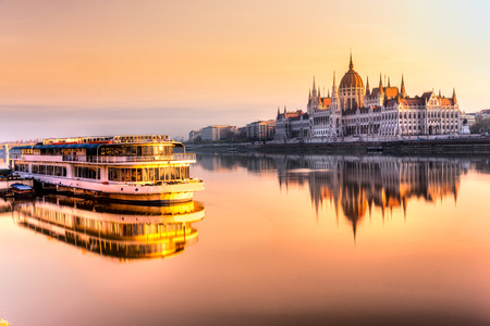 View of Budapest parliament at sunrise, Hungary Stockfoto