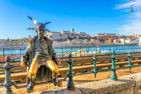 castillos de princesas: Budapest. La pequeña princesa, con el castillo de Buda en el fondo, Hungría. Editorial