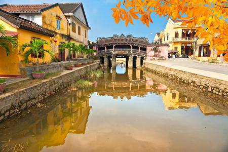 Puente japonés en Hoi. Vietnam, la Unesco Patrimonio de la Humanidad. Foto de archivo - 52183804