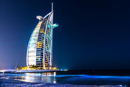 DUBAI, Vereinigte Arabische Emirate - 20. Januar: Burj Al Arab Hotel am 20. Januar 2011 in Dubai, UAE. Burj Al Arab ist ein luxuriöses 5-Sterne-Hotel auf einer künstlichen Insel vor der Jumeirah Strand gebaut Editorial