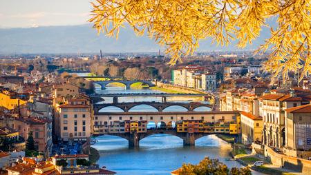 Sonnenuntergang Blick auf Ponte Vecchio, Florenz, Italien. Standard-Bild - 52721054