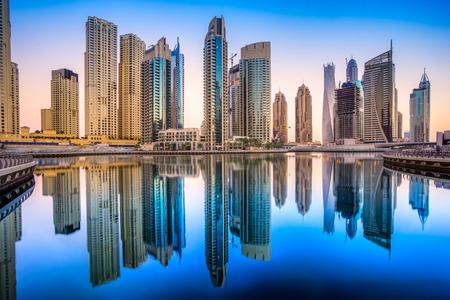 dia y noche: Rascacielos en Dubai Marina. EAU Editorial