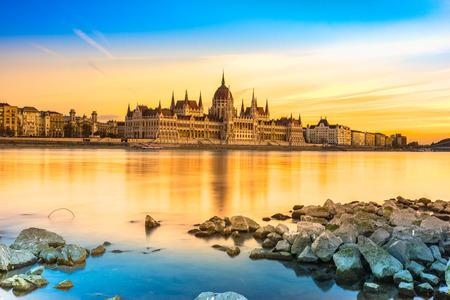 일몰, 헝가리 부다페스트 의회보기 스톡 콘텐츠