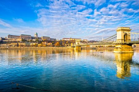 Budapest, Puente de las Cadenas y el Castillo de Buda, Hungría Foto de archivo