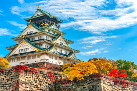 Osaka Castle in Osaka met herfstbladeren. Japan. Redactioneel