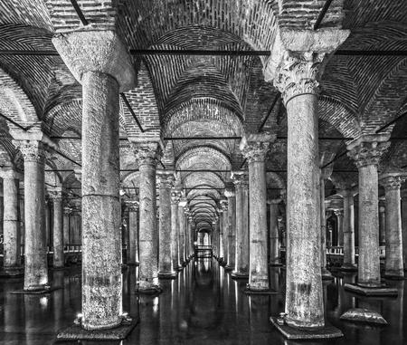 aljibe: The Basilica Cistern, (Yerebatan), Istanbul, Turkey.