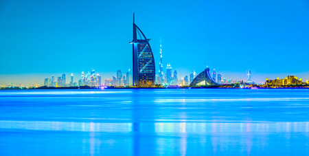 夕暮れ時、アラブ首長国連邦ドバイのスカイライン。 写真素材