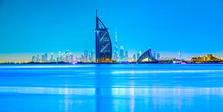 Dubai horizonte al anochecer, los Emiratos Árabes Unidos.