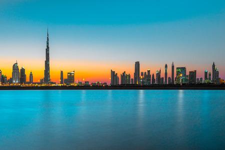 Dubai skyline al crepuscolo, Emirati Arabi Uniti. Archivio Fotografico - 77711688
