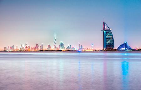 Dubai skyline at Dusk, Émirats Arabes Unis. Banque d'images