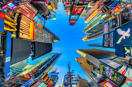 뉴욕시, 미국 -2001 년 12 월 1 일 : 타임즈 스퀘어는 네온 예술과 상업의 바쁜 관광 교차로이며 뉴욕시와 미국, 2013 년 12 월 1 일 맨하탄, 뉴욕시의 아이코