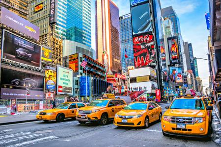 NEW YORK CITY, USA - 1. DEZEMBER 2013: Times Square, ist ein beschäftigter touristischer Schnitt der Neonkunst und des Handels und ist eine ikonenhafte Straße von New York City und von Amerika, am 1. Dezember 2013 in Manhattan, New York City.