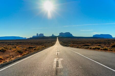 Iconic view of a typical American road on the way to Monument Valley Navajo Tribal Park, Utah / Arizona, USA. 免版税图像