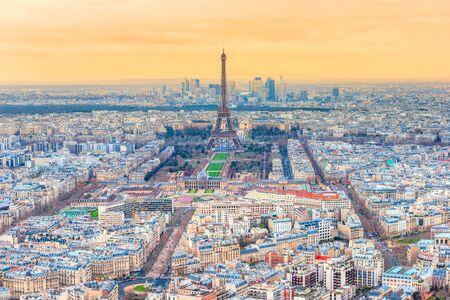 Vista de París, con la Torre Eiffel y La Defense, Francia.