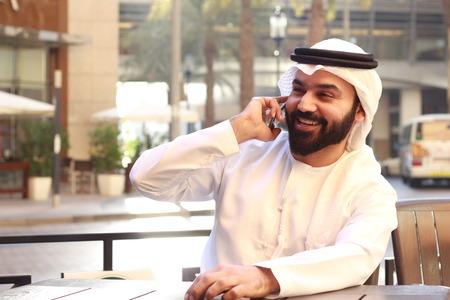 Felice uomo arabo che parla