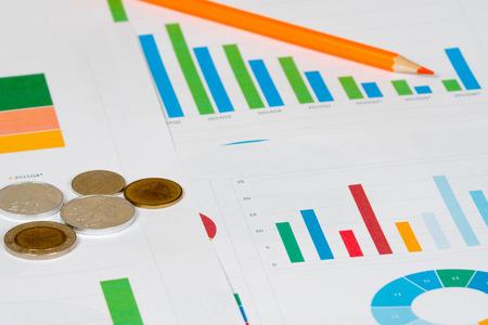 graficos de barras: de colores pastel y de barras con las monedas