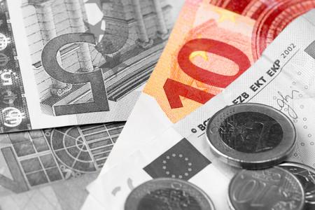 banconote euro: le banconote in euro in bianco e nero, monete, calcolatrice Archivio Fotografico