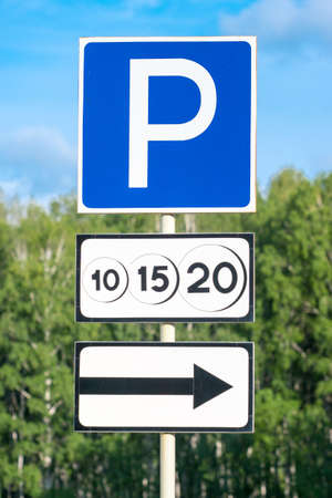 paid parking road sign with movement direction arrow 版權商用圖片