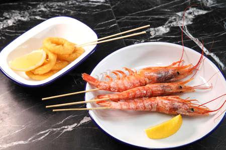 Langoustines and beer. Beer and seafood snacks. Langoustines, beer, squid rings. Banque d'images