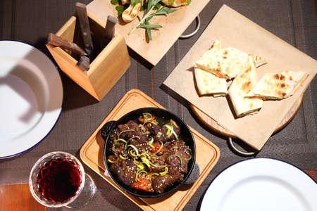 Fried beef liver with onions. Фото со стока - 155492664