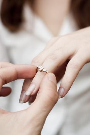 ring engagement: una imagen de la situaci�n de insertar el anillo de compromiso en un dedo Foto de archivo