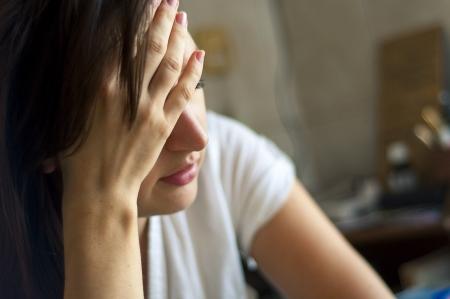 epuise: Une image de jeune fille avec des maux de t�te Banque d'images